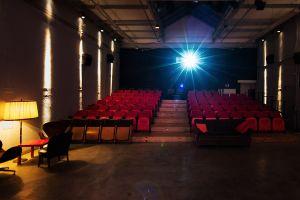 Unser Kinosaal besteht aus 100 Sitzplätzen auf der Podesterie und nochmal 40 weiteren, die variable vor der Leinwand aufgebaut werden können. Unser Kino ist barrierefrei. (c) Peyman Azhari